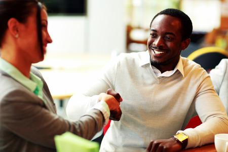 gl�cklicher kunde: Portr�t eines Unternehmer-Handshake Lizenzfreie Bilder