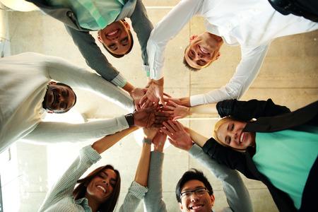 Gente de negocios trabajo en equipo en una oficina con las manos Foto de archivo - 29631344