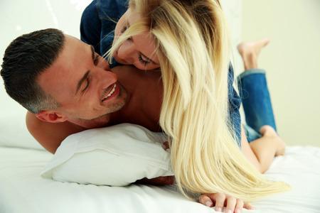 Amor joven pareja en la cama, escena romántica en el dormitorio