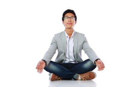 dhyana: L'uomo in panno casuale meditare su sfondo bianco Archivio Fotografico