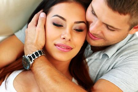 personas abrazadas: Primer retrato de una joven pareja abrazándose