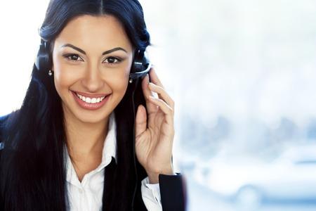 여성 고객 지원 연산자 헤드셋과 미소
