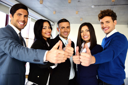 simbolo uomo donna: Allegro giovane squadra di affari con i pollici in su segno
