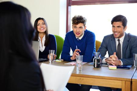 comité d entreprise: Femme d'affaires assis à l'entrevue dans le bureau