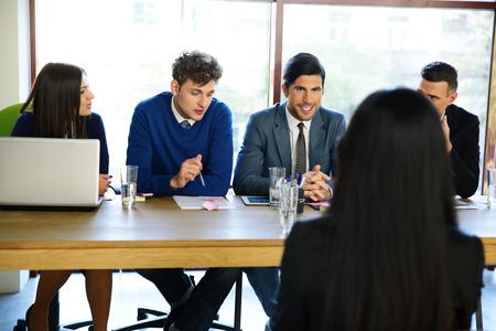 comité d entreprise: entreprise, la carrière et le bureau notion - souriant d'affaires lors de l'entrevue d'emploi dans le bureau