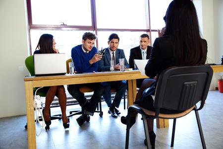 comité d entreprise: affaires, de carrière et le concept de bureau - affaires lors de l'entrevue d'emploi dans le bureau