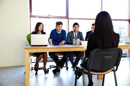comité d entreprise: Femme assise à l'entrevue d'emploi dans le bureau