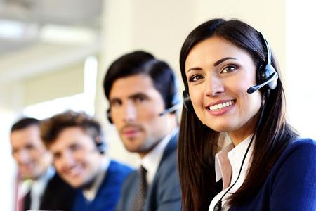 ufficio aziendale: Sorridente affari in un ufficio call center
