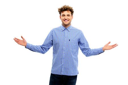acogida: Hombre feliz que muestra signo positivo aislado en fondo blanco