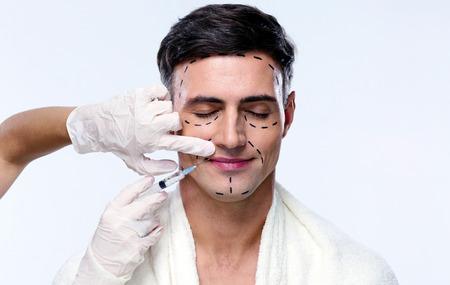 kunststoff: Sch�ner Mann mit der plastischen Chirurgie mit Spritze in seinem Gesicht geschlossen