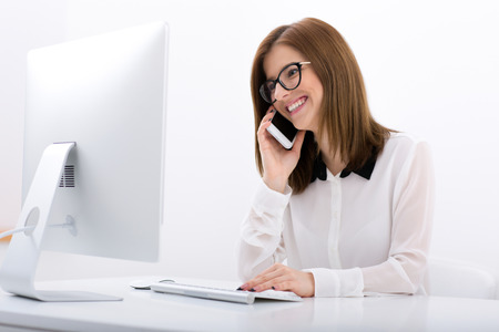 Happy businesswoman dans des verres travaillant dans le bureau Banque d'images