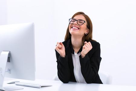 彼女の職場のオフィスで座っている女性実業家として成功 写真素材