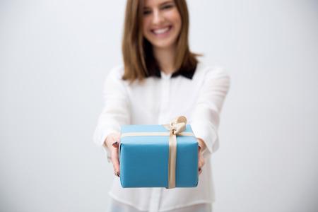 Lachende jonge vrouw die gift. Focus op een geschenk