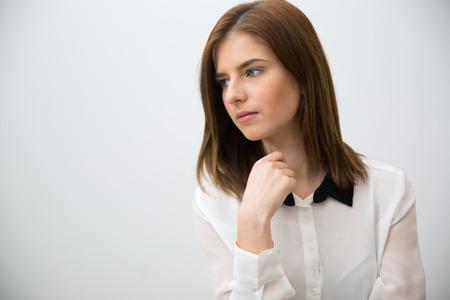 mujer pensativa: Retrato de una mujer de negocios pensativo mirando a otro lado