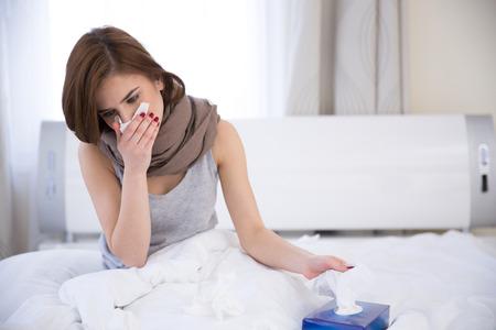ragazza malata: Ritratto di una donna malata sul letto a casa