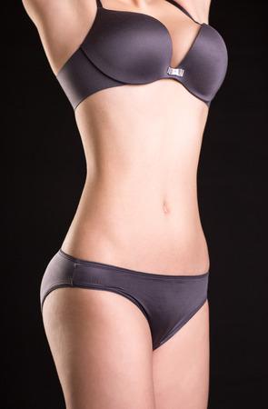 Nahaufnahme Bild Blick auf schlanke Frau `s Karosserie in der Wäsche Standard-Bild - 36929227