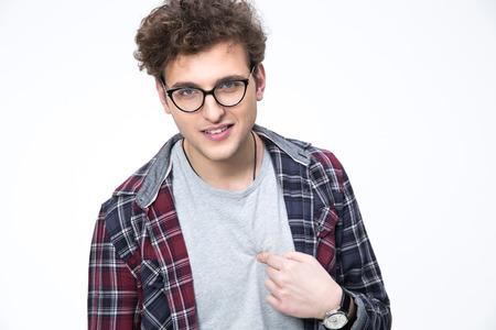 dudando: Hombre joven en gafas apuntando a sí mismo