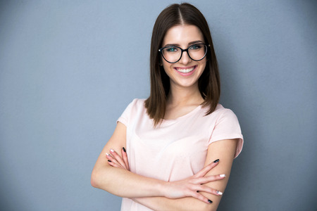 팔 웃는 젊은 여자의 초상화 접혀 스톡 콘텐츠