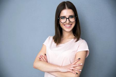 Portret van een lachende jonge vrouw met gevouwen wapens Stockfoto