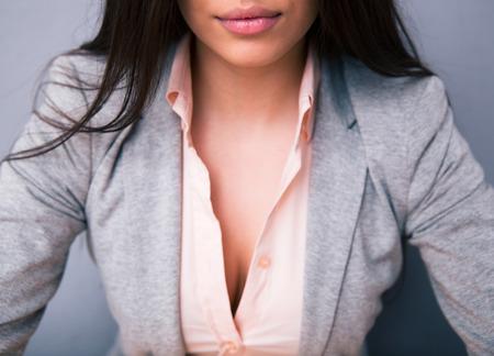 Close-up beeld van een vrouwen`s decollete met lippen