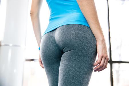 culo: Volver la vista vertical del cuerpo de la mujer en el gimnasio