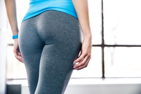 cintura perfecta: Volver la vista vertical del cuerpo de la mujer en el gimnasio