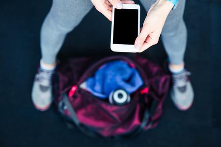 gimnasio: Imagen del primer de un tel�fono inteligente mujer deportes la celebraci�n