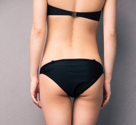 Rückansicht Porträt einer Frau `s Körperteil über grauem Hintergrund Standard-Bild - 38908660