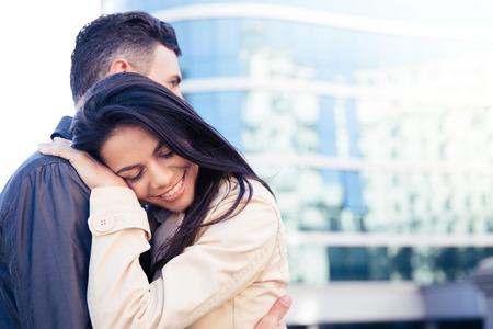 couple  amoureux: Bonne jeune couple dans l'amour embrassant l'ext�rieur Banque d'images