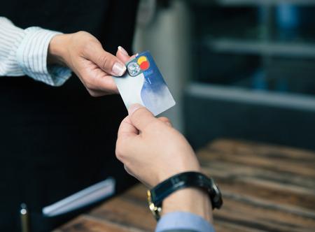 Imagen del primer de un hombre que paga con tarjeta de crédito en el restaurante Foto de archivo