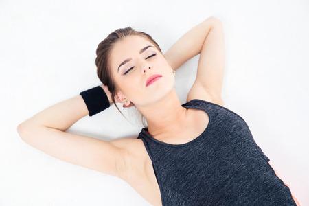 dormir: Mujer dormida deportivo en el suelo aislado sobre un fondo blanco