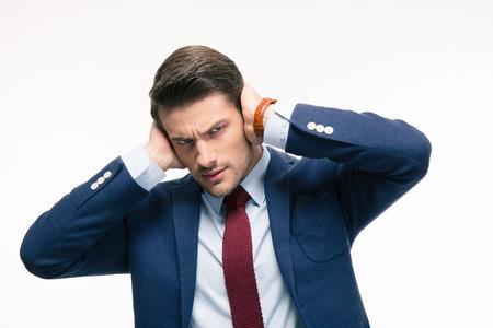 Boze zakenman die zijn oren geïsoleerd op een witte achtergrond. Kijkend naar de camera