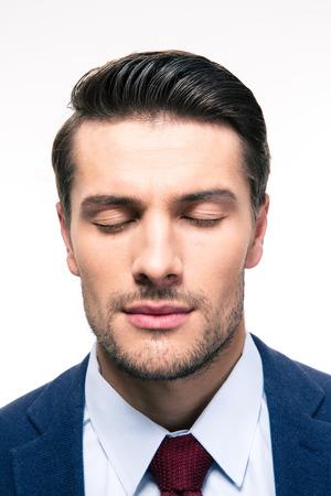 yeux: Portrait d'homme d'affaires avec les yeux fermés isolés sur un fond blanc