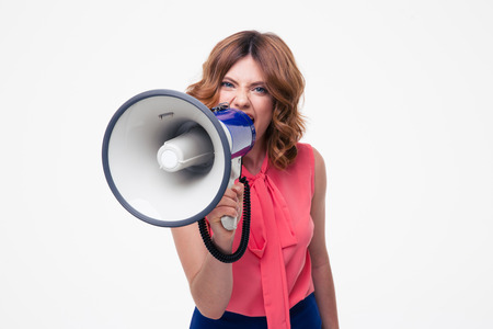 mujer enojada: Mujer gritando enojado en el megáfono aislado en un fondo blanco