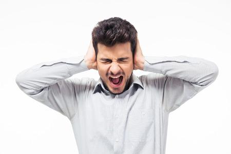 personas escuchando: Casual hombre tap�ndose los o�dos y gritando aislado en un fondo blanco