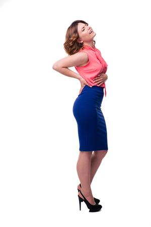 cuerpo entero: Retrato de cuerpo entero de una mujer que tiene un dolor de estómago aislado en un fondo blanco