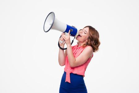 Gelukkige vrouw schreeuwen in megafoon geïsoleerd op een witte achtergrond
