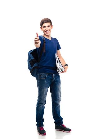 Gelukkig casual man met omslagen en rugzak tonen duim omhoog geïsoleerd op een witte achtergrond