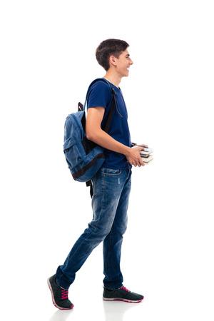 Vue latérale portrait d'un étudiant heureux holding livres isolés sur un fond blanc