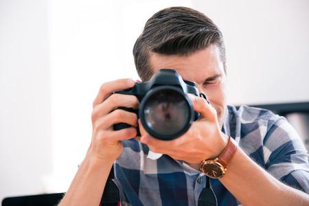 hombre disparando: Casual hombre disparando con cámara de fotos