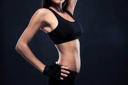 Retrato de detalle de un cuerpo perfecto mujeres `s sobre fondo negro