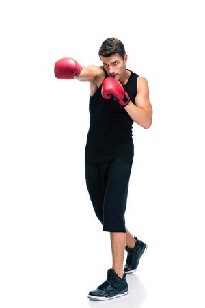 白い背景で隔離赤い手袋のボクシング スポーツ男性の完全な長さの肖像画