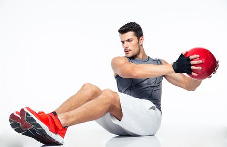 fitness men: Hombre de la aptitud que se resuelve con bola de la aptitud aislado en un fondo blanco Foto de archivo