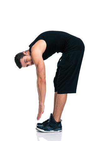 estiramientos: Retrato de cuerpo entero de un hombre de fitness estiramiento aislado en un fondo blanco Foto de archivo