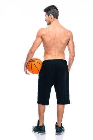 hombre deportista: Vista trasera retrato de un jugador de baloncesto de pie aislado en un fondo blanco