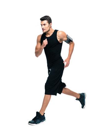 ropa deportiva: Retrato de cuerpo entero de un hombre de los deportes guapo funcionamiento aislado sobre un fondo blanco