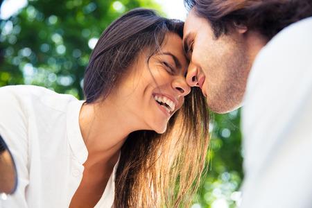 romantyczny: Wesoły romantyczna para na zewnątrz Zdjęcie Seryjne
