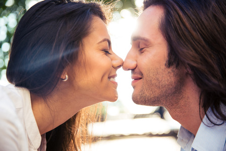 romantico: Pareja rom�ntica alegres besos al aire libre