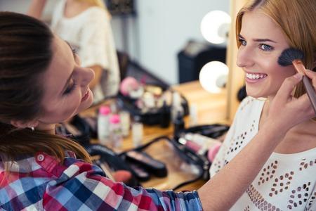 살롱 모델에 화장을 적용 젊은 여자 스톡 콘텐츠
