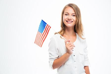 Gelukkig jong meisje met de vlag van de VS die op een witte achtergrond
